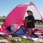 テントに入る子どもコンビ